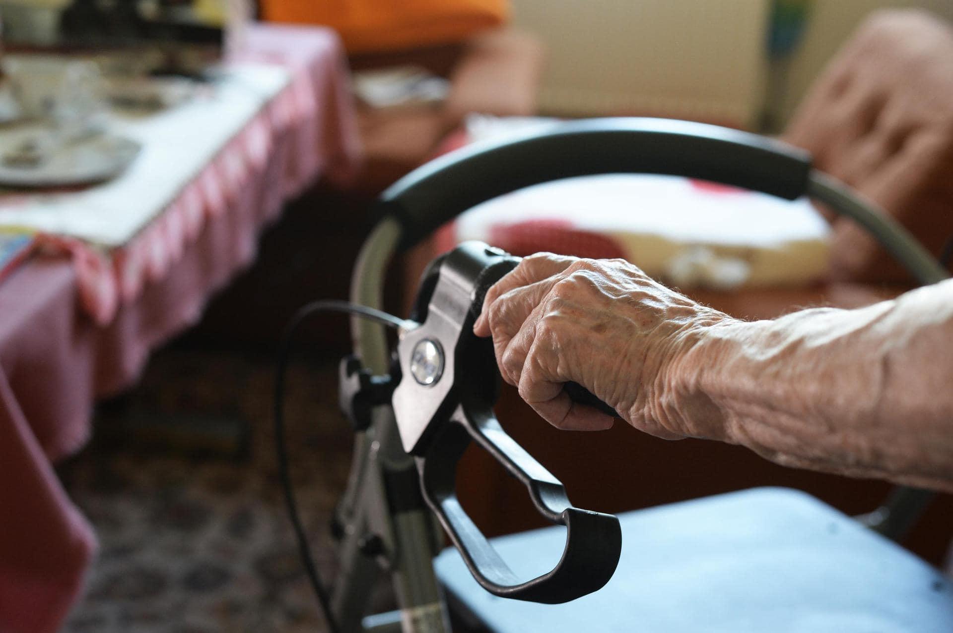 Immer mehr Senioren kämpfen mit ihren Schulden Problem Altersarmut