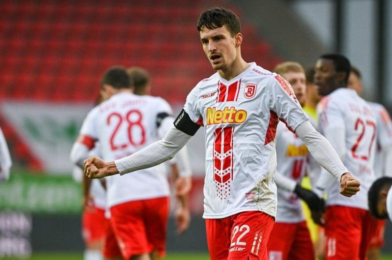 Regensburgs Sebastian Stolze jubelt nach seinem Treffer zum 2:0