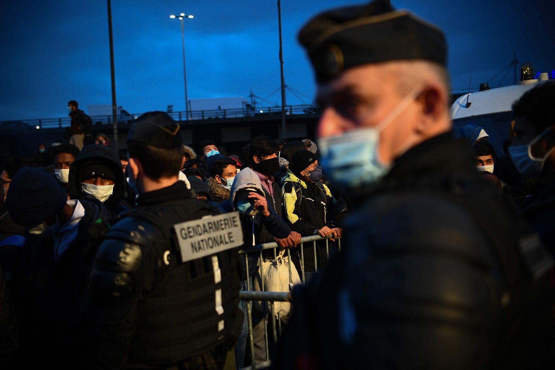 «Schockierende» Bilder: Räumung von Migrantencamp in Paris Polizei in der Kritik