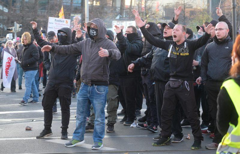 """Bleiben alle """"Querdenker"""" friedlich? Super-Demo-Samstag in Regensburg: Polizei schreitet bei Straftaten """"konsequent"""" ein"""
