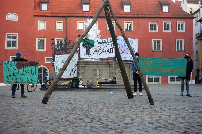 Mahnwache im Zeichen der Solidarität Students for Futur Regensburg setzen sich für Aktivisten im Dannenröder Forst ein