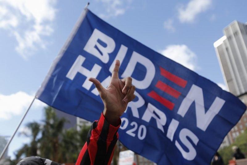 Unterstützer mit Fahne «Biden Harris 2020»