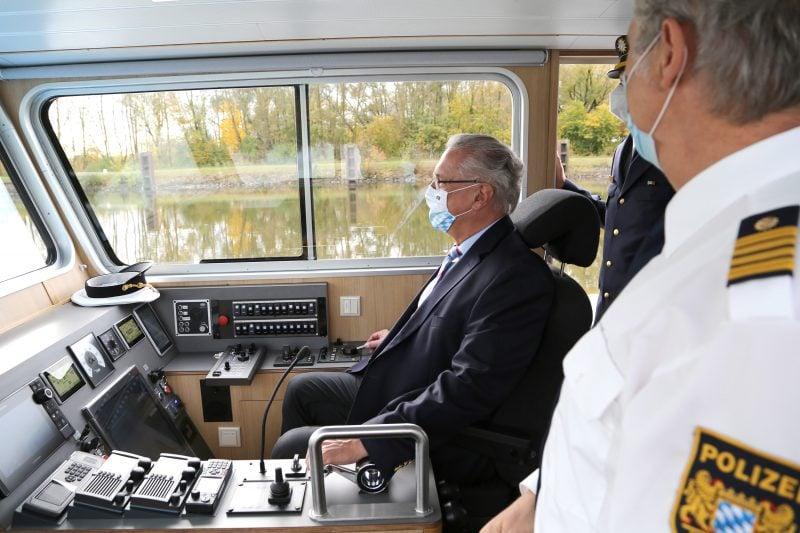 """Joachim Herrmann stellt neues Polizeiboot in Regensburg auf der Donau in Dienst Bayerns Innenminister: """"Die rund 1,3 Millionen Euro Anschaffungskosten sind bestens angelegt."""""""