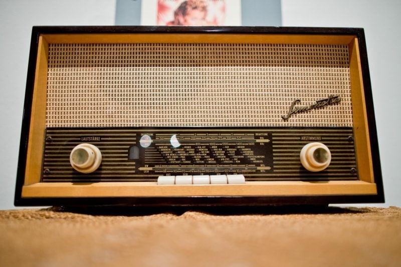 Ein altes Radiogerät aus dem Jahr 1965 ist zu sehen