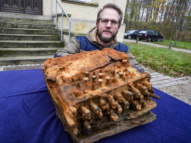 Übergabe der Enigma-Chiffriermaschine