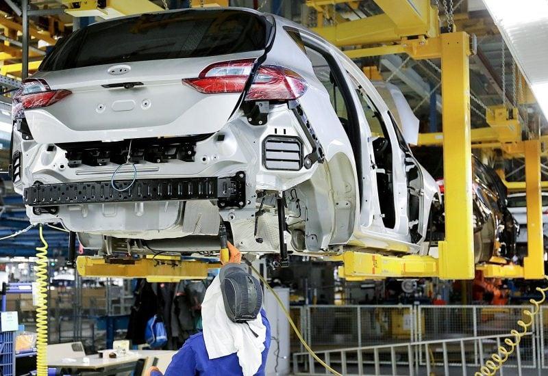 Ein Ford-Mitarbeiter in der Produktion in Köln.