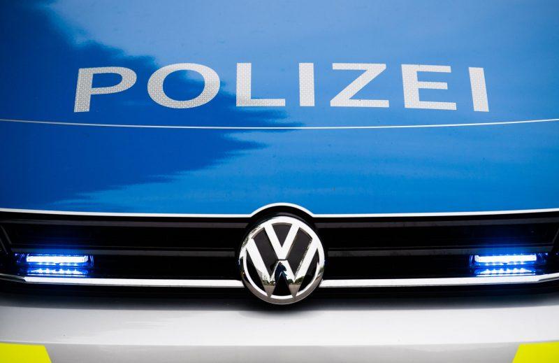 Frontalansicht eines Einsatzfahrzeugs der Polizei