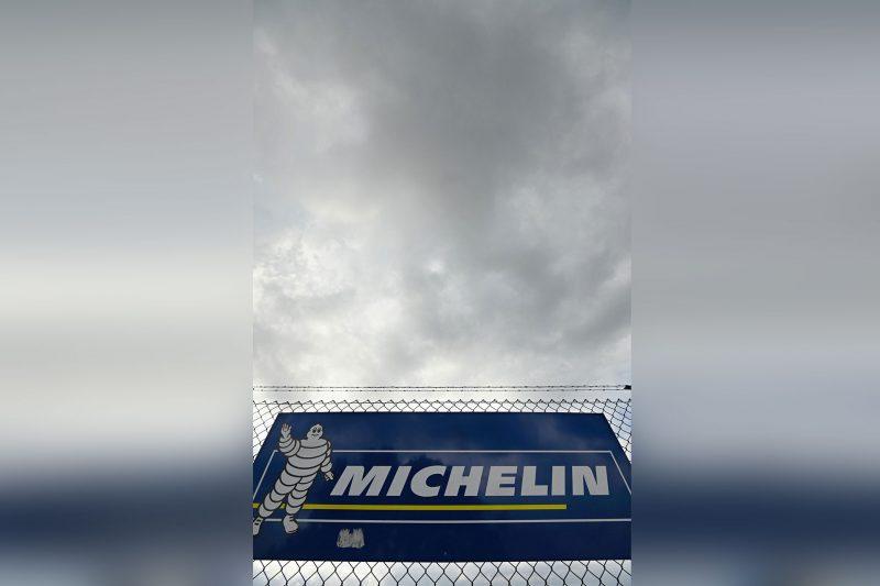 Vor dem Michelin-Werk in Hallstadt ist ein Banner mit dem Firmenlogo.