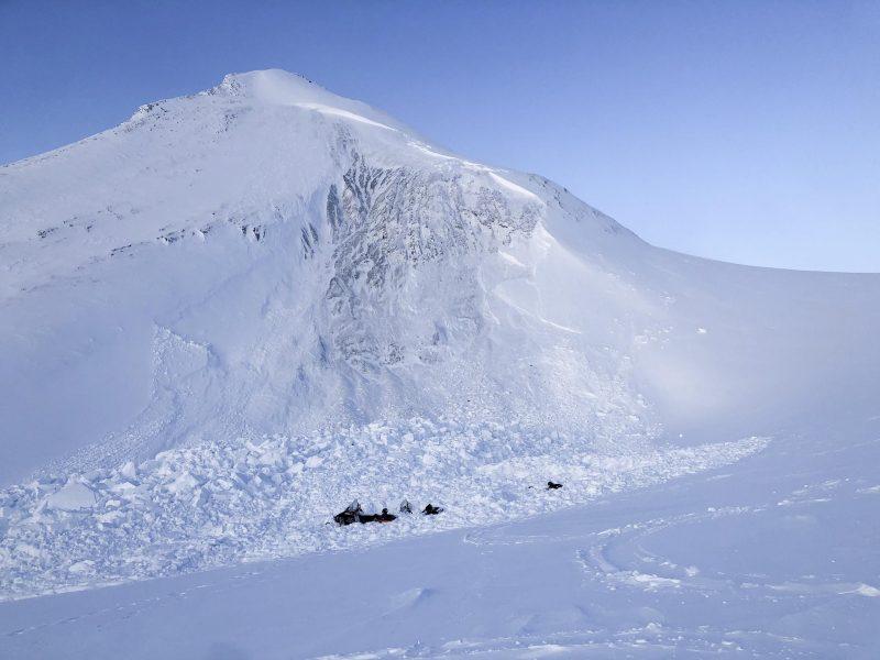 Schneemobile liegen im Schnee