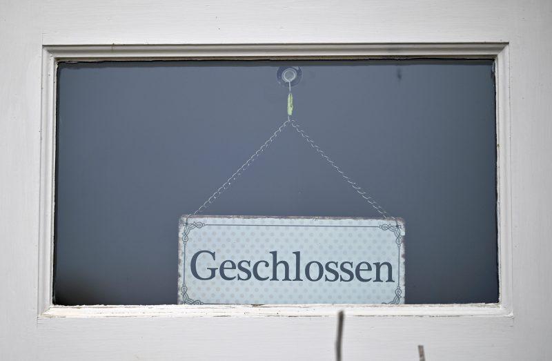 Ein «Geschlossen»-Schild hängt in einem Geschäft