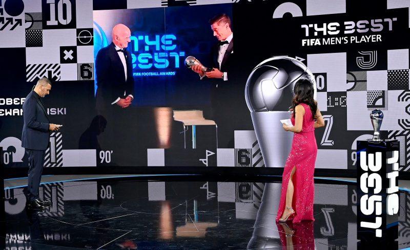 Bei der Online-Gala bekam Robert Lewandowski vom FIFA-Präsidenten Gianni Infantino die Weltfußballer-Trophäe.