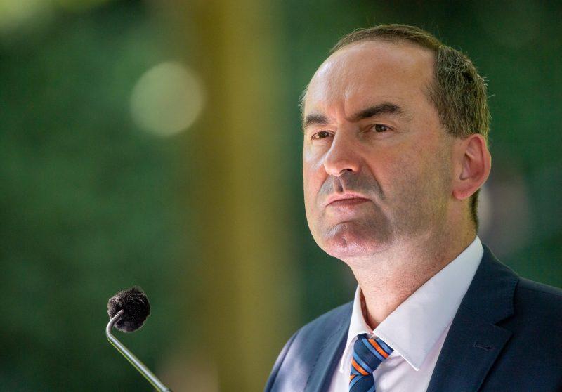 Hubert Aiwanger nimmt an einer Sitzung teil