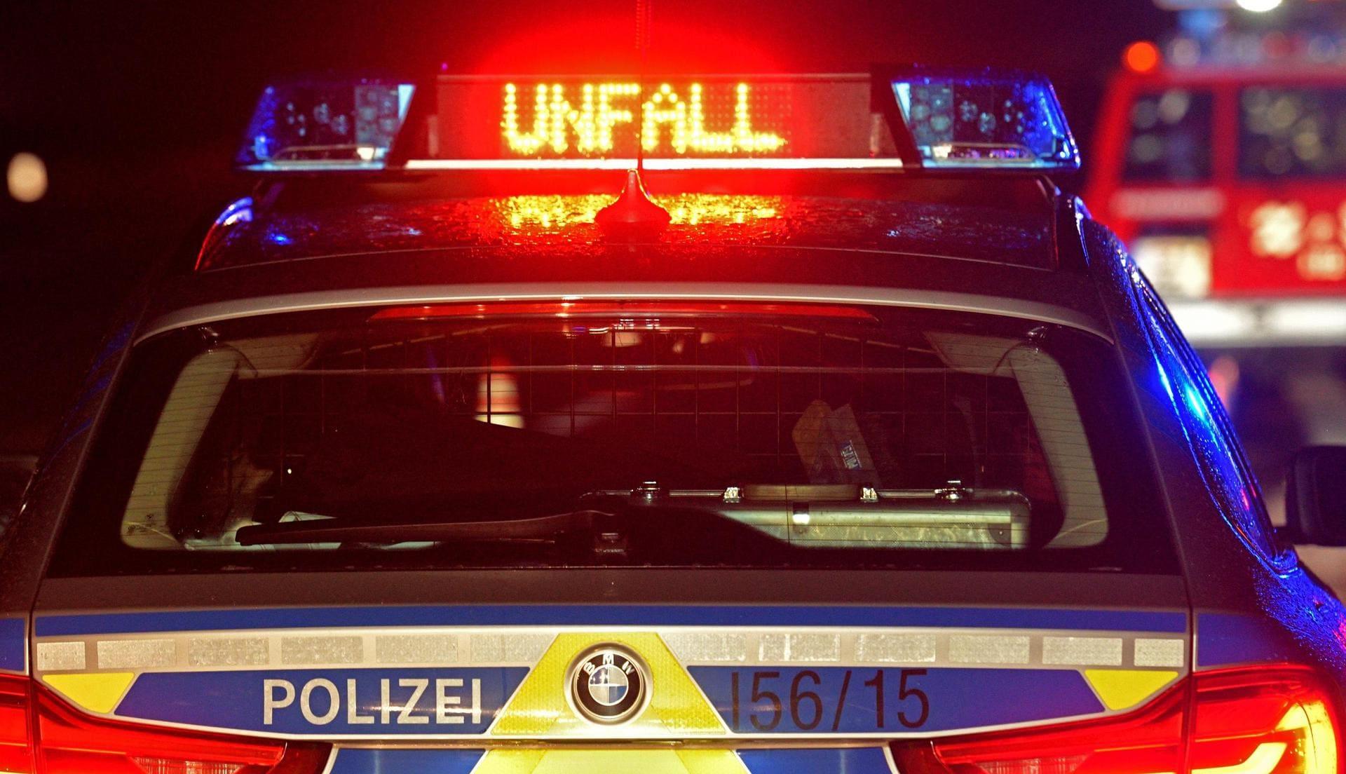 Kleintransporter gerät ins Schleudern und kippt Fahrer tot