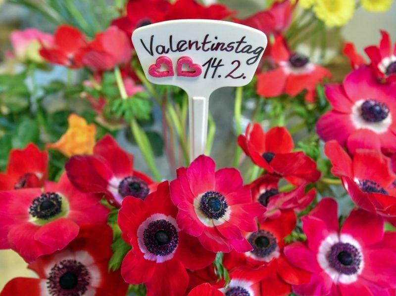 In einem Strauß steckt ein Schild zum «Valentinstag 14.2.»