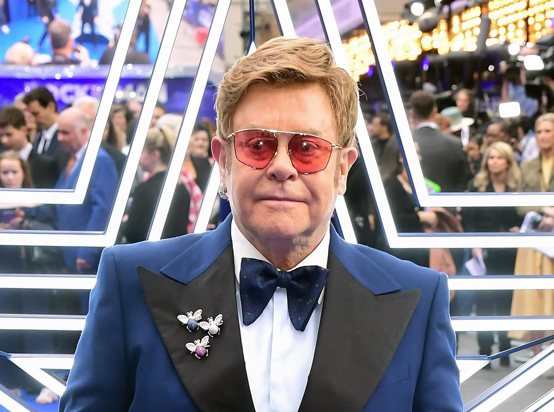 Elton John und Michael Caine rufen zu Corona-Impfungen auf Pandemie