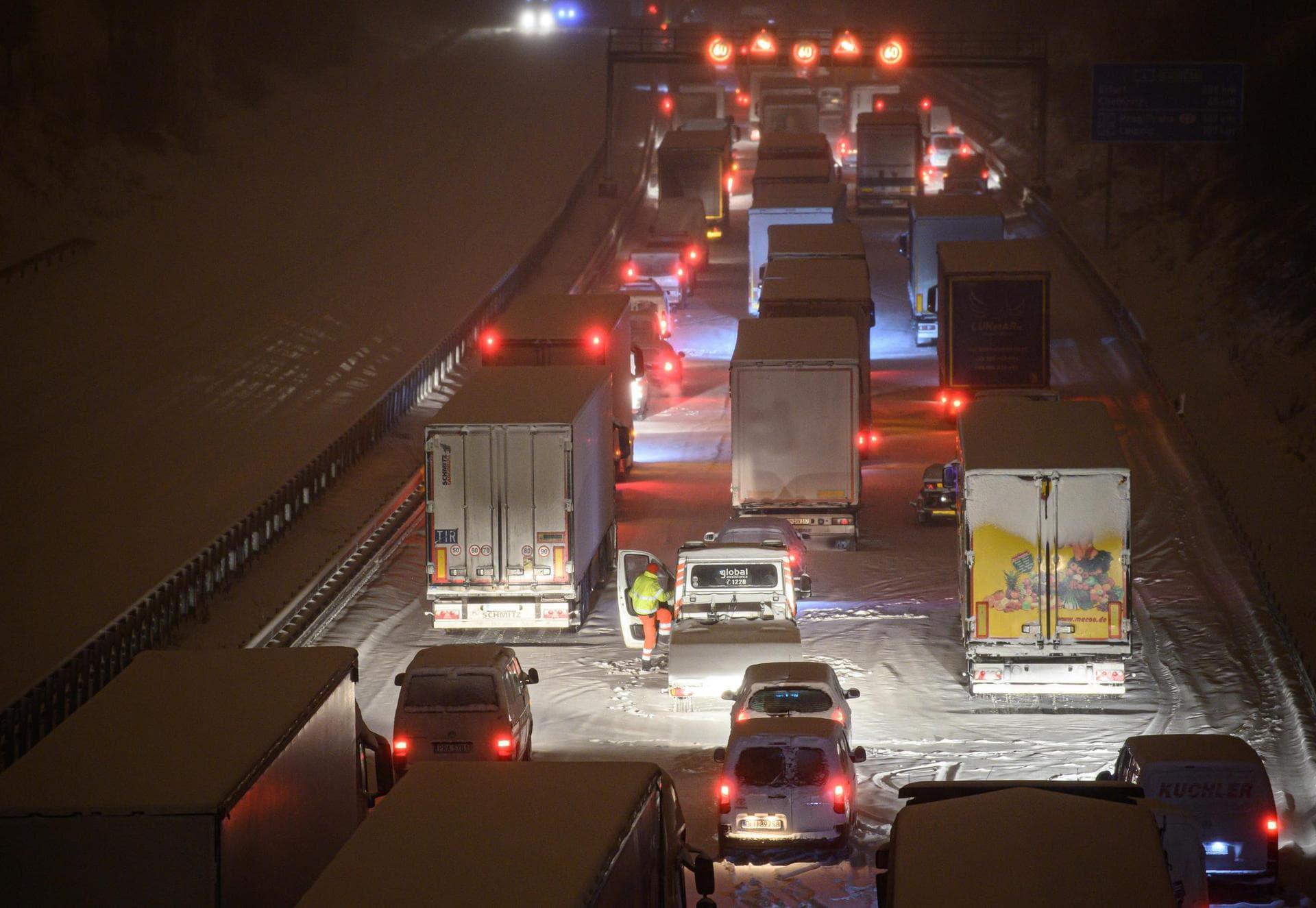 Lkw fahren sich reihenweise im Schnee fest Der Winter bleibt streng