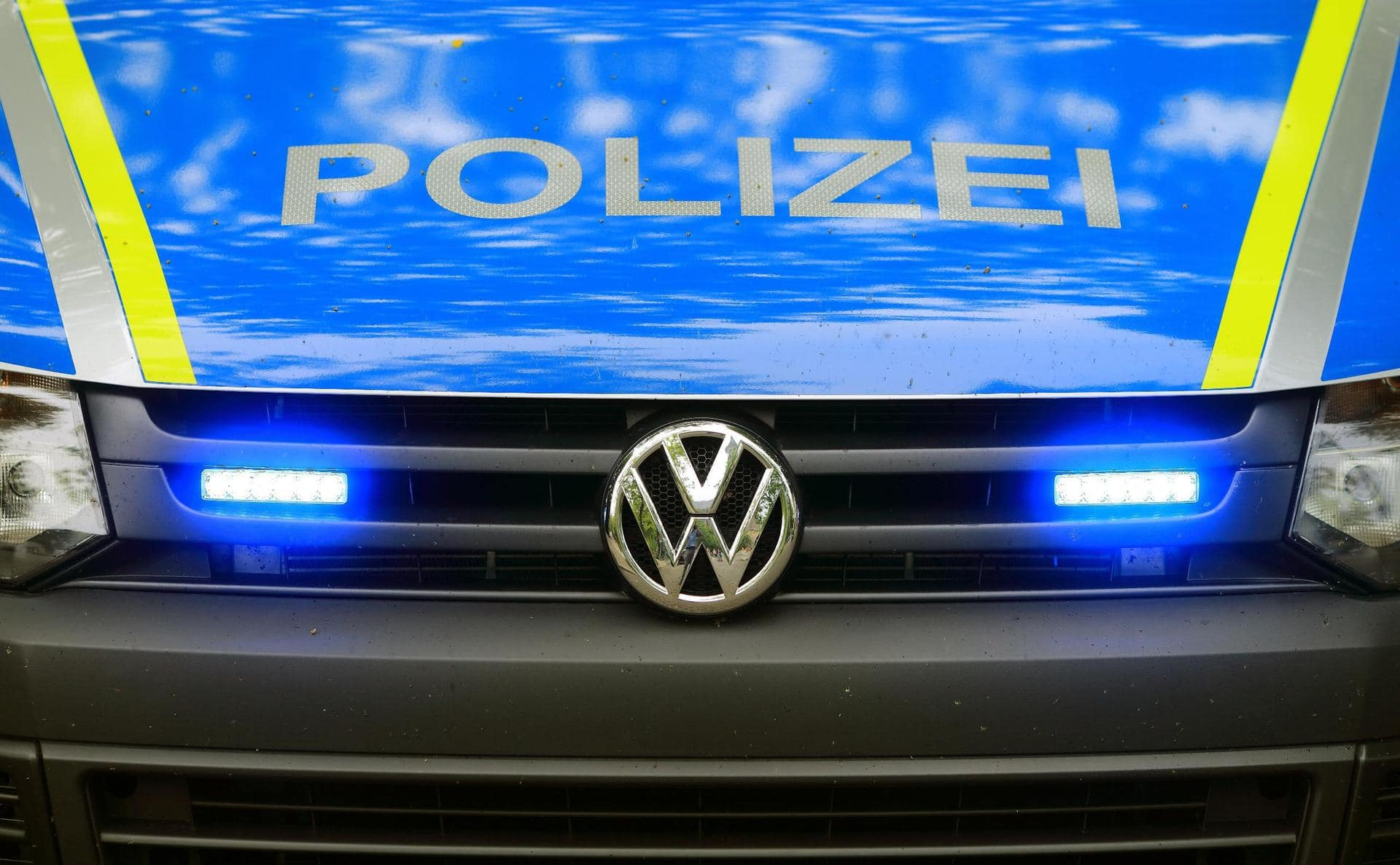 Mann springt aus fahrendem Auto Verfolgungsjagd mit Polizei
