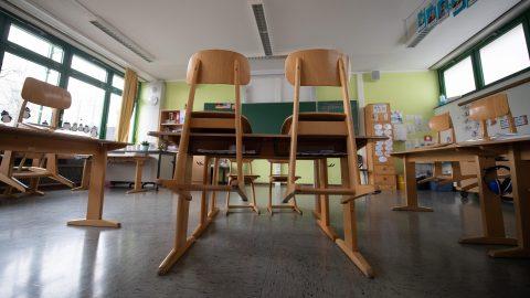 Ein leeres Klassenzimmer an einer Grundschule