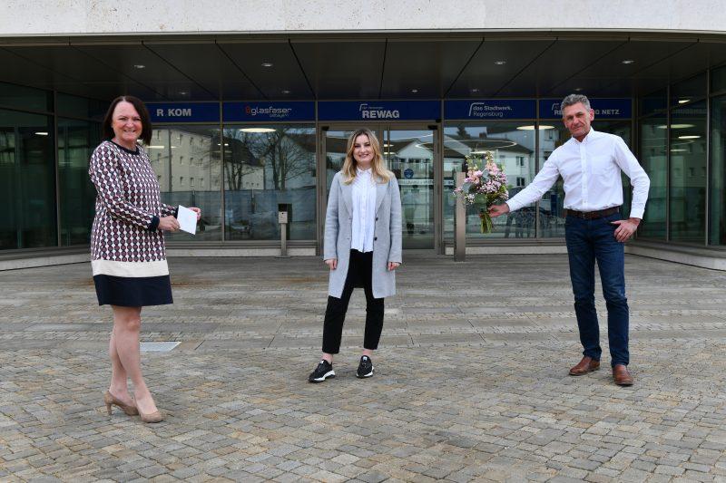 """Mit einer Spende Leben retten """"Deutsche Knochenmarkspenderdatei"""" erhält 1.000 Euro von Mitarbeiter/innen von das Stadtwerk.Regensburg und REWAG"""