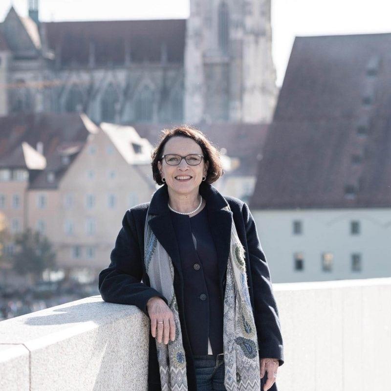"""""""Natürlich würde ich mich mit AstraZeneca impfen lassen!"""" Oberbürgermeisterin Maltz-Schwarzfischer würde als """"Vorbild"""" dienen, wie es Söder fordert. Und wie halten es andere Politiker/innen und der Regierungspräsident der Oberpfalz?"""