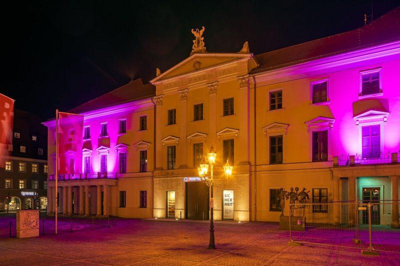 Zum Internationalen Frauentag Am 8. März erstrahlte das Stadttheater Regensburg in Lila
