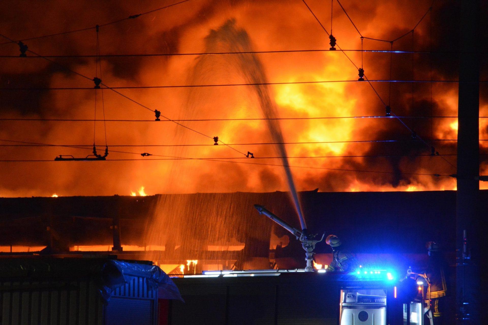 Großbrand in Abstellhalle in Düsseldorf Millionenschaden