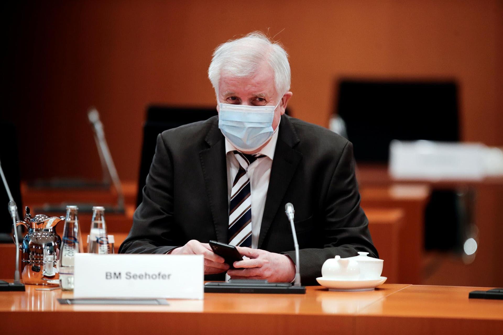 Horst Seehofer will sich nicht mit Astrazeneca impfen lassen Corona-Pandemie