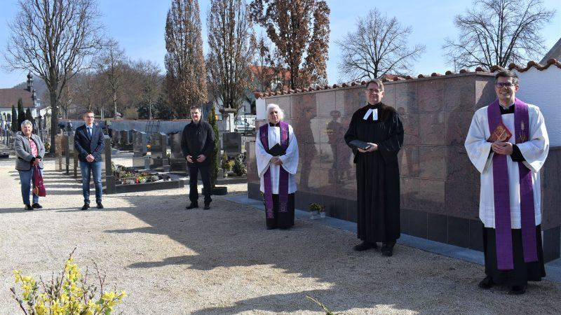 Urnenwand erhielt den kirchlichen Segen Mit einer Urnenwand am Alten Friedhof in der Ortsmitte von Regenstauf entsprach die Marktgemeinde den Wünschen der Bürger