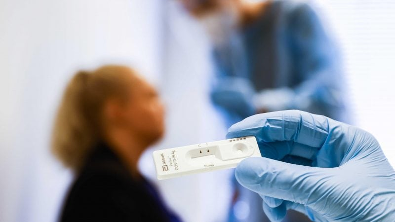 Blick auf einen Corona-Schnelltest in einer Teststation