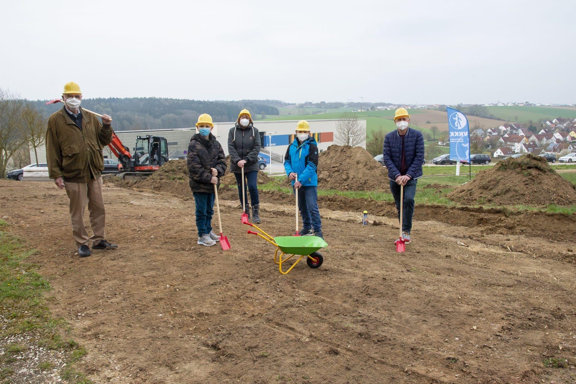 Spatenstich für Therapie-Spielgarten in Regensburg Auf zwei Terrassen entsteht neben der Kinder-Uniklinik ein Spielplatz mit speziellem Angebot / Fertigstellung für Sommer2021 geplant