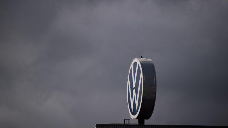 Ein Logo von Volkswagen dreht sich auf dem Werk in Hannover