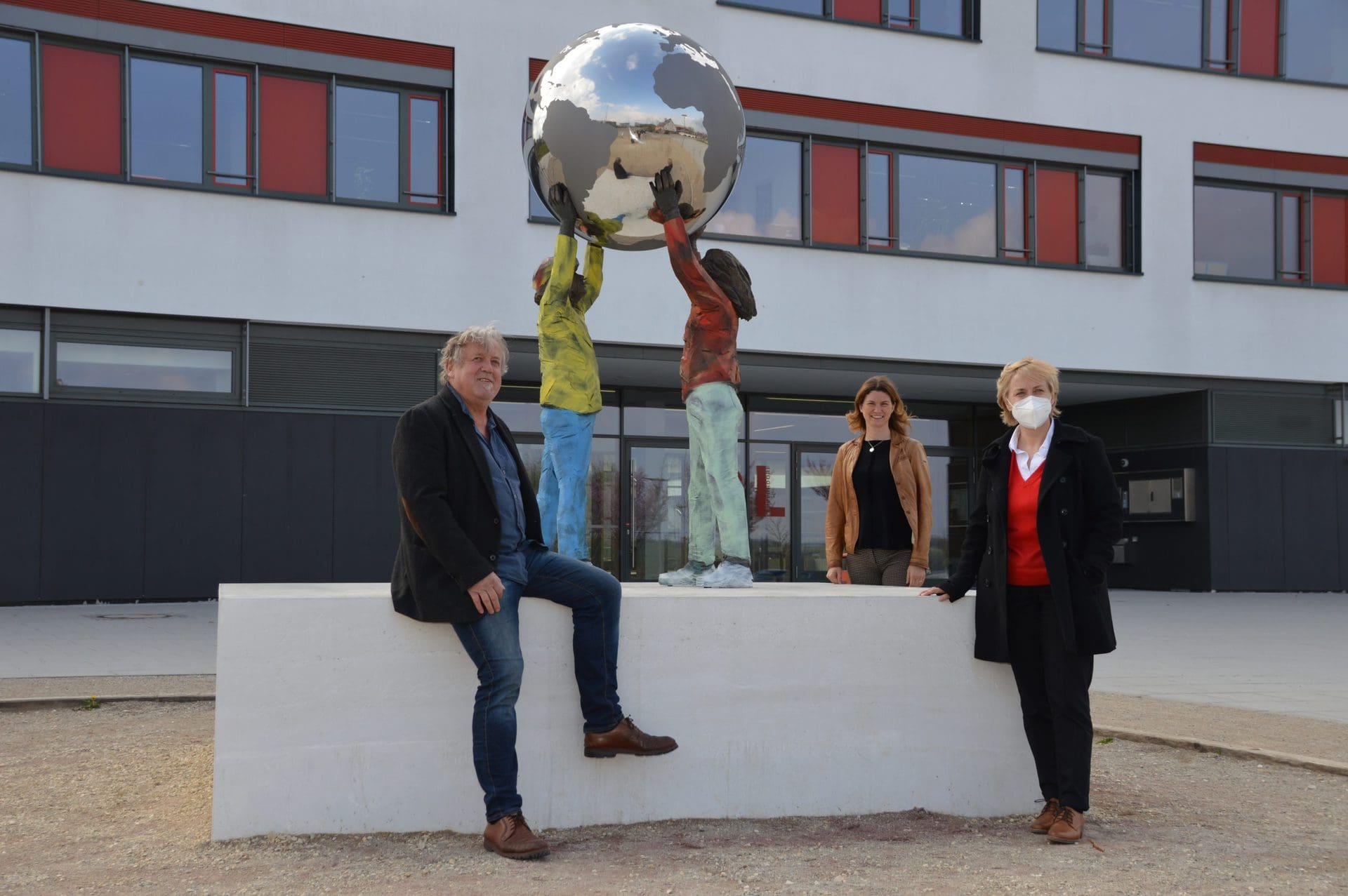 """Neue Skulptur vor dem Gymnasium Lappersdorf """"Kunst und Bauen"""""""
