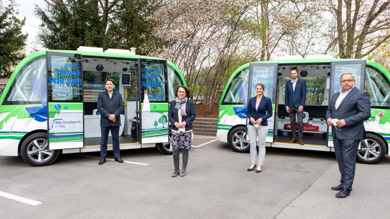 Digitalisierung verbessert Mobilität Digitalministerin Judith Gerlach informiert sich über autonom fahrende Shuttlebusse in Regensburg