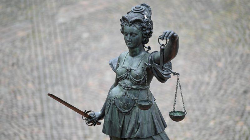 Bronzefigur der Justitia mit Waage und Schwert in den Händen