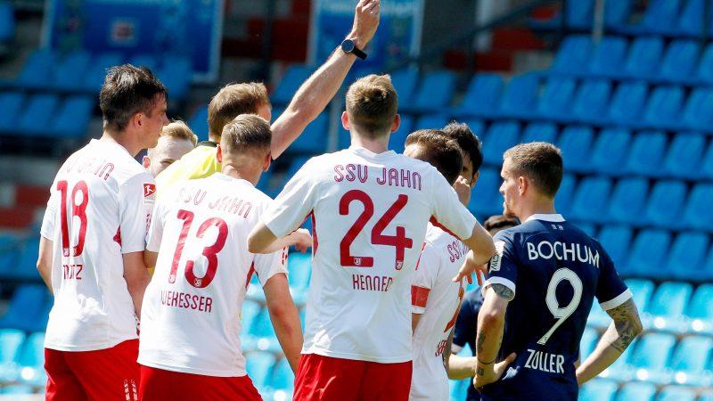 Schiedsrichter Stegemann zeigt dem Regensburger Saller rot