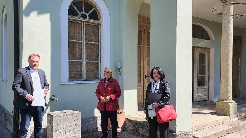 Bundesförderung für jüdisches Denkmal Bundestagsabgeordneter Peter Aumer übergibt Förderbescheid für Jüdische Gemeinde Regensburg. Mit 158.500 Euro kann der Erhalt des historischen Taharahauses gesichert werden.