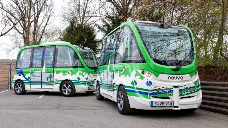 """""""In Regensburg wird die Zukunft der Mobilität getestet"""" Bayerns Digitalministerin Judith Gerlach hat sich im Gewerbepark über das Modellprojekt """"Emilia"""" für autonome Shuttlebusse informiert"""