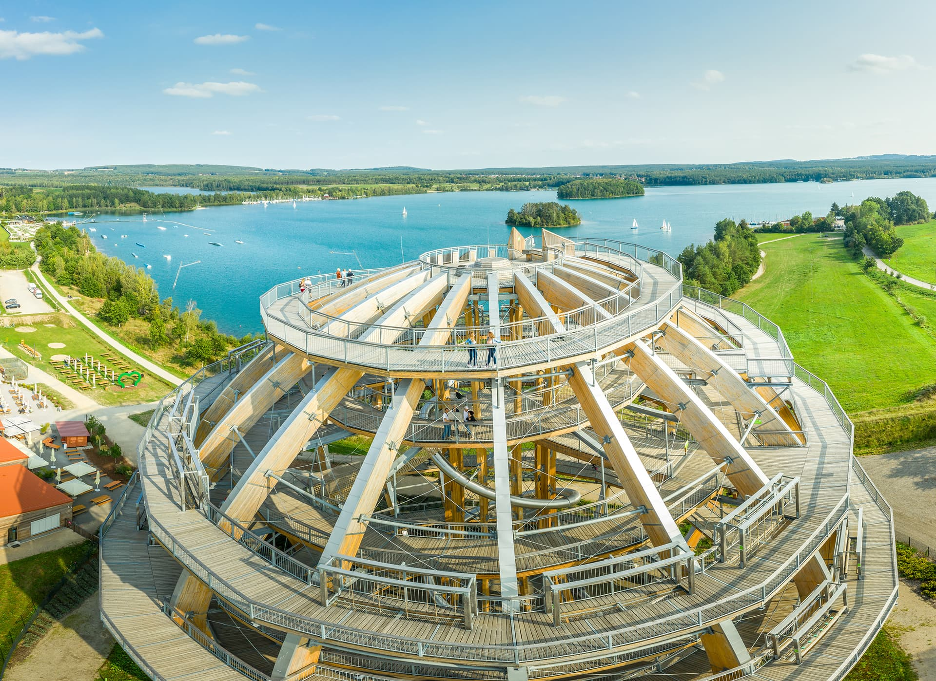 Mit Blizz zur größten Erlebnisholzkugel der Welt Vor der herrlichen Kulisse des Steinberger Sees steht die größte begehbare Holzkugel der Welt