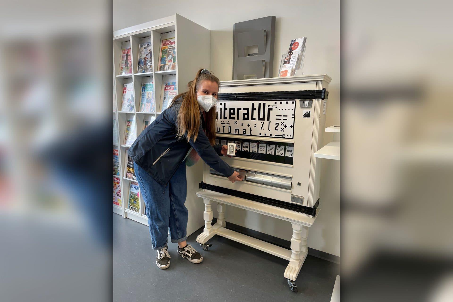 """Literaturautomat unter dem Motto """"Kultur statt Kippen"""" In der Stadtteilbücherei Candis gibt es ab sofort """"Literaratur to go"""""""