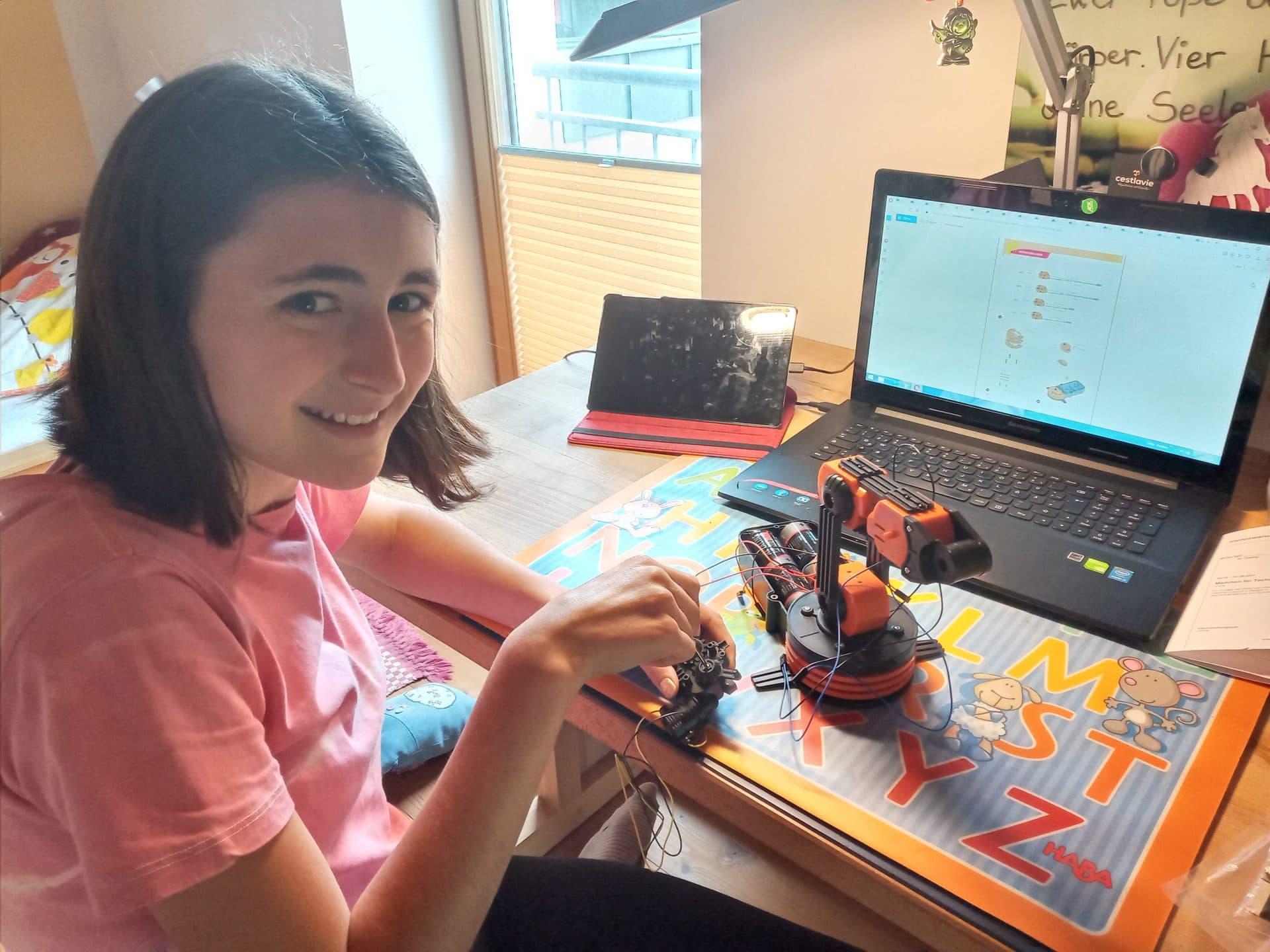 Junge Frauen für MINT begeistern Digitales Mädchen für Technik-Camp mit DEHN SE + Co KG sorgt für Einblick in die technische Berufswelt