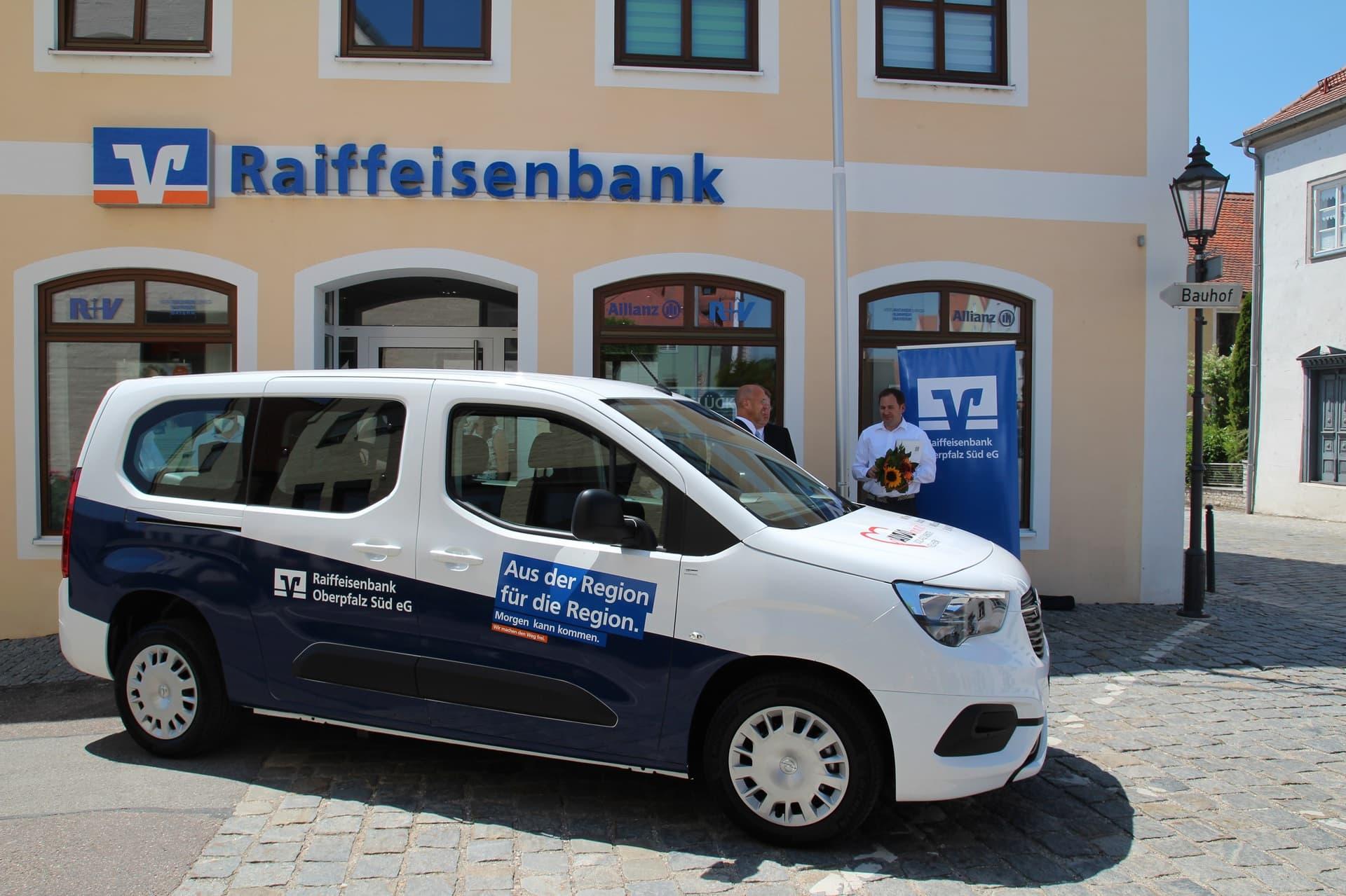 Raiffeisenbank spendet ein VR-Mobil für den guten Zweck Die Arbeiterwohlfahrt in Langquaid darf sich über ein neues Auto freuen