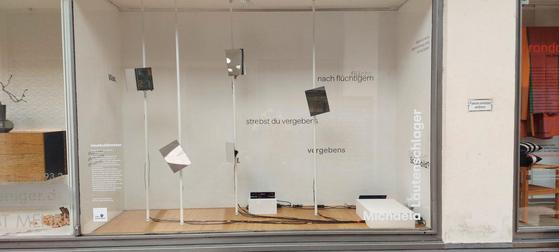 """Spiegelspiel im Schaufenster Michaela Lautenschlager füllt in ihrer Ausstellung """"Mizukagami-Spiegelspiel"""" die """"neunkubikmeter"""""""