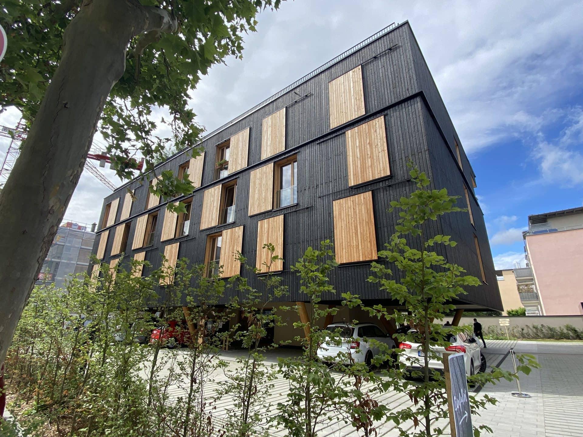 """Forstministerin Kaniber eröffnet Mehrfamilienhaus """"Haus auf Stelzen"""" Ökologisches Wohnen"""