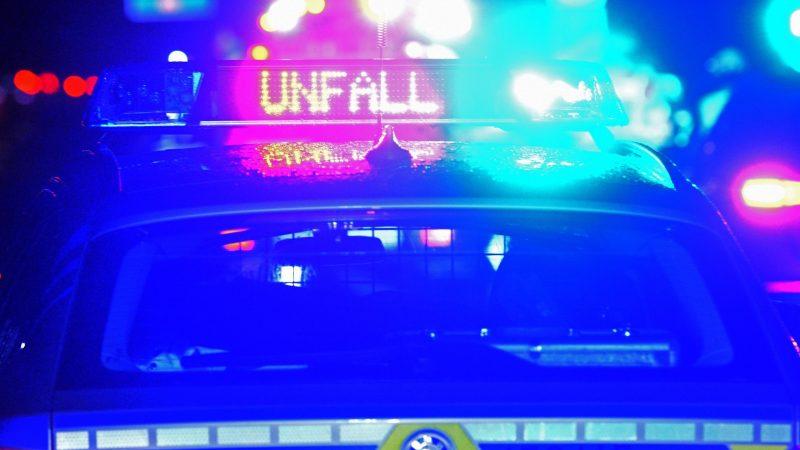 Ein Streifenwagen steht mit Blaulicht an einemUnfallort