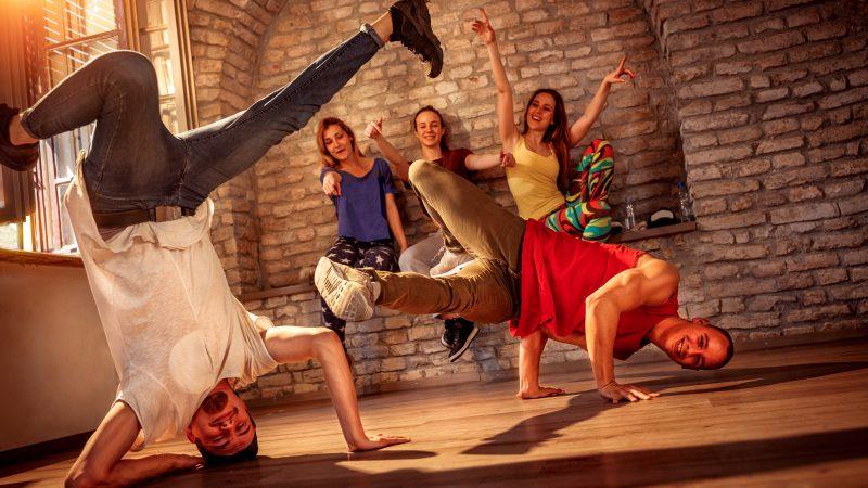 tanzen Young men performs break dancing moves