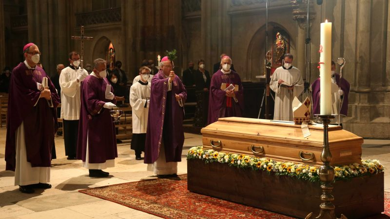 Bucher Sarg besprengen Bischof
