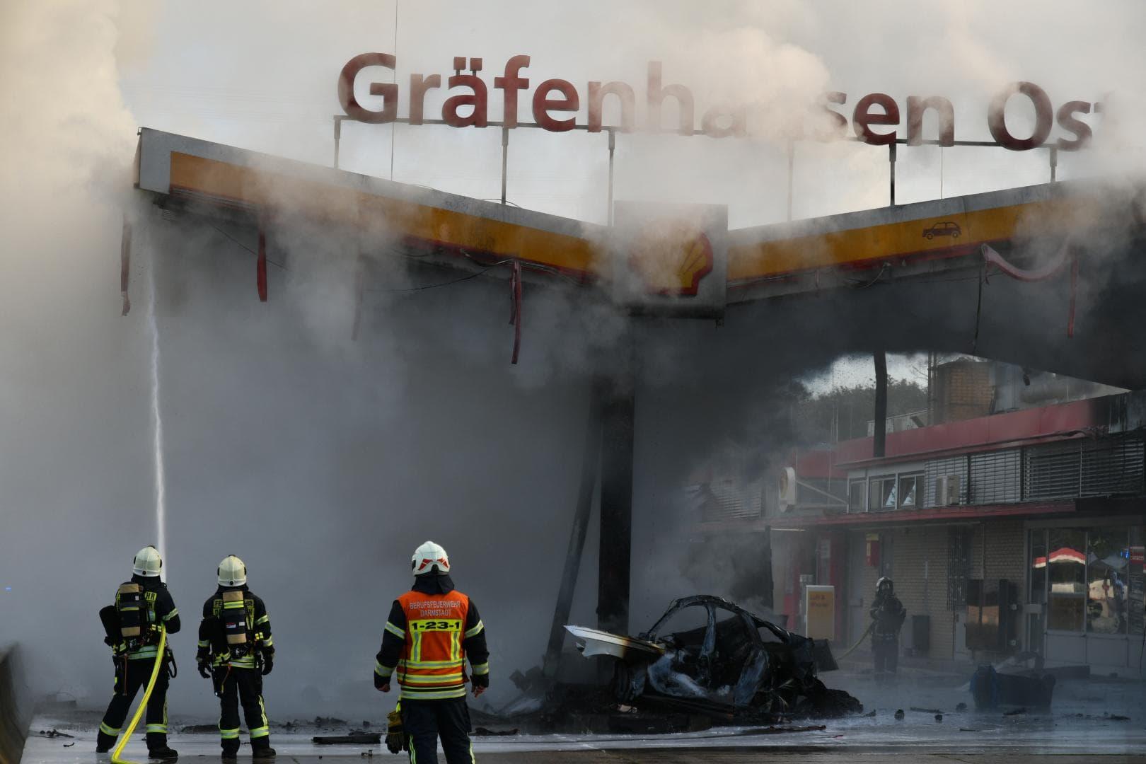 Drama an der A5: Wagen rast in Autobahn-Tankstelle Unfall
