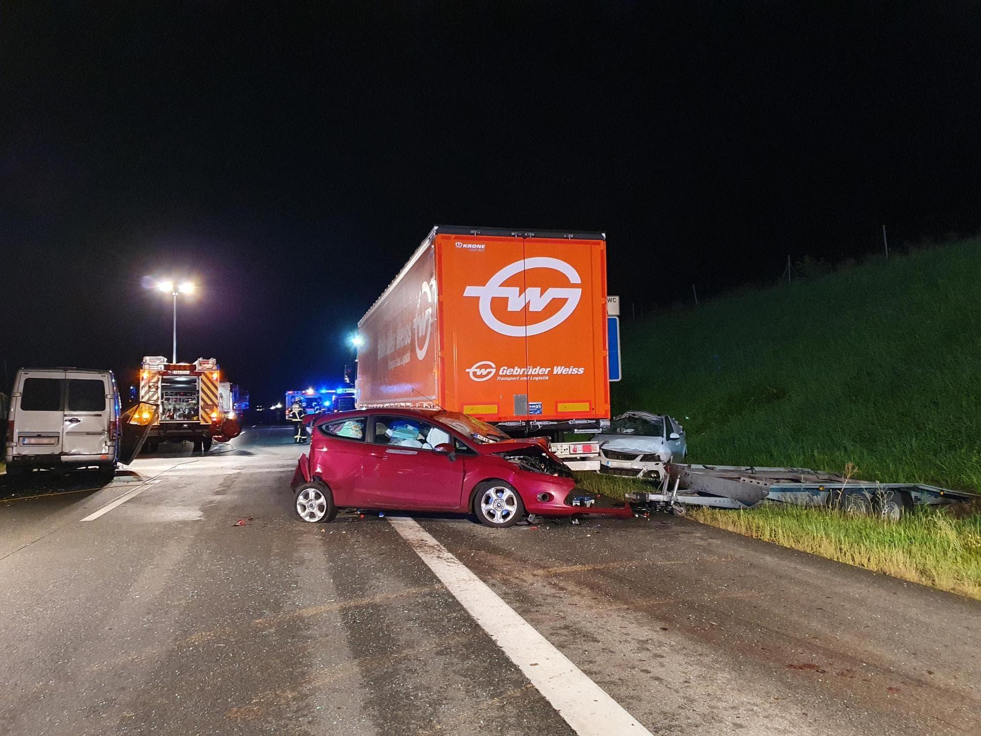 Pferd läuft über Autobahn und wird überfahren: Verletzte A3 bei Regensburg