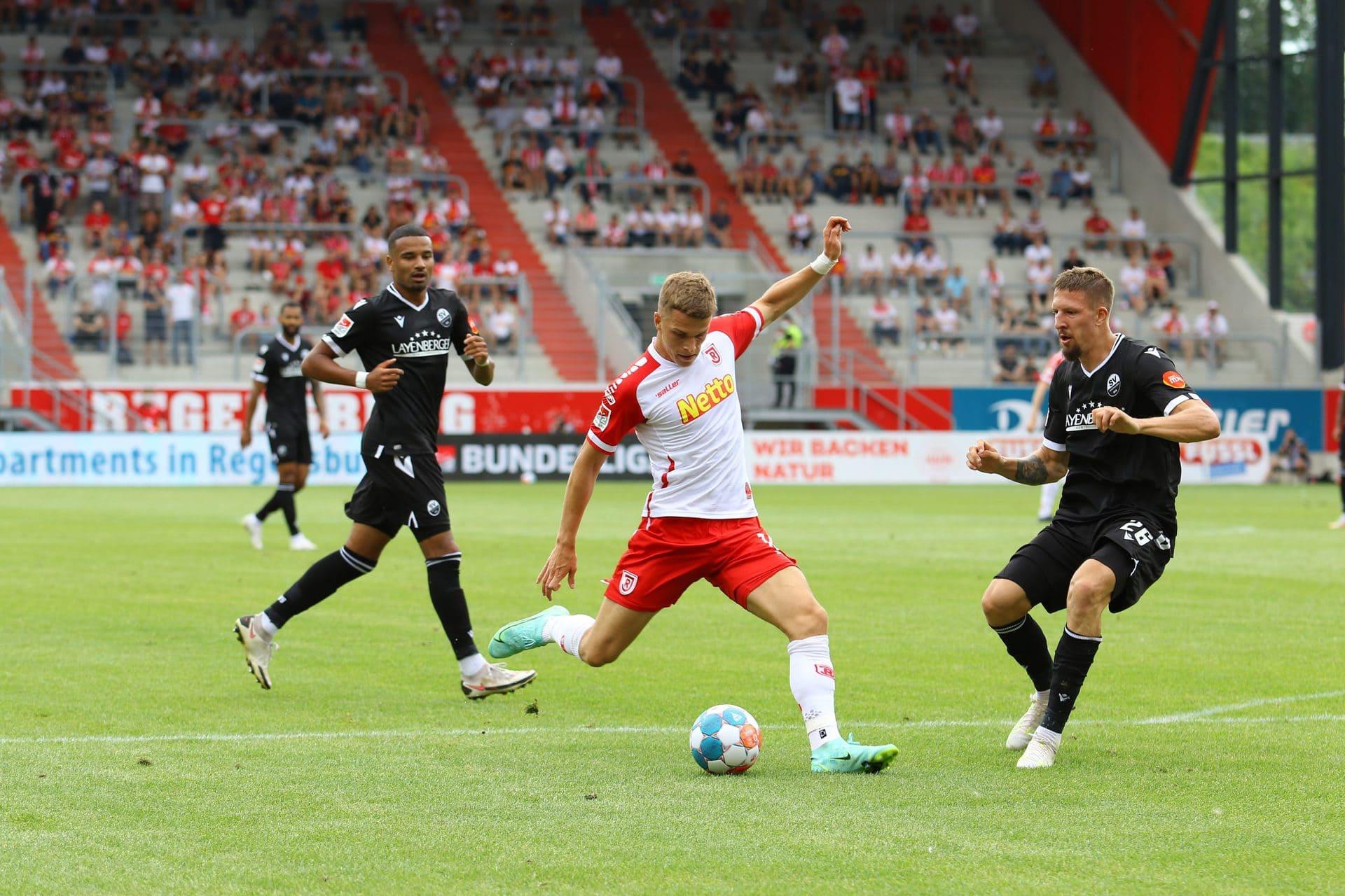 """Rot-weißer Tabellenführer trifft auf blau-weißen Liganeuling Während der """"kleine"""" Jahn derzeit alle überrascht, sucht der """"große"""" FC Schalke 04 noch seine Rolle."""